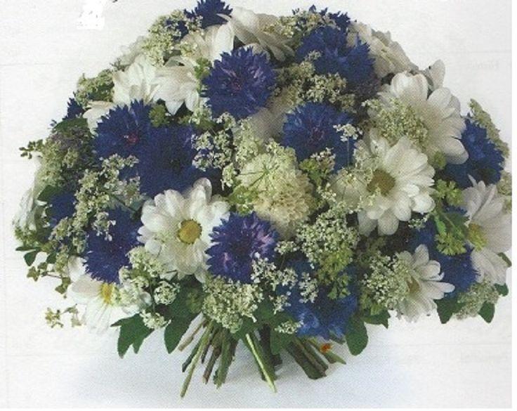 KESÄHÄIHIN. Suloinen morsiuskimppu kedon kukkien kaltaisista kukista. Eri kukat esitellään taitavasti tiiviin puolipallon muodon sisällä. Kaikki kukat näkyvät yksilöinä. Juhlat voivat alkaa.  Onnea. Kukat: ruiskukka, krysanteemi(vaihtoehtoisesti päivänkakkara), koiranputki, poimulehti, mustikka.