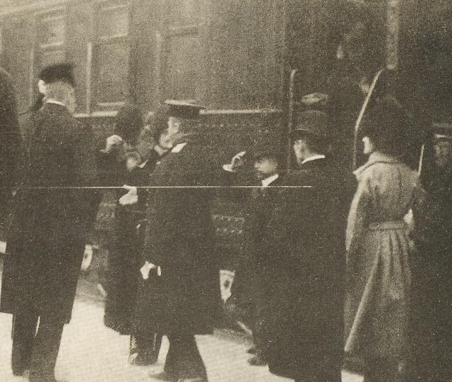 1909년 10월 26일 이토 히로부미가 죽기 직전 촬영된 사진. 이토 히로부미는 만주 하얼빈 역에서 안중근 의사에게 총에 맞아 죽음을 맞이하리라고는 예상하지 못했을것이다. 사진을 보면 이토는 누군가가 자기에게 총을 쏠거라 예상하지 못할 만큼 하얼빈 역은 평온하다. 권력자 답게 그의 주변에는 사람들이 에워싸고 있고 사람들은 그에게 복종하는 의미에서 고개를 숙이고 인사하고 있다. 이토는 그들에게 악수를 청하고 있다. 다음 상황은 예상하지도 못한 체.