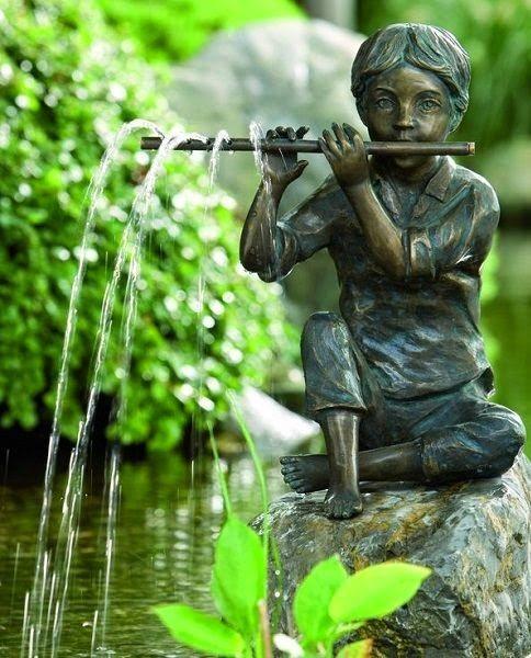 Flautista no jardim.  Fotografia: Seleção Pinterest.