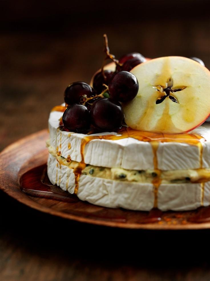 Brie et fromage bleu avec des fruits et du sirop d'érable - Recette du magazine danois Samvirke - Édition mars 2013