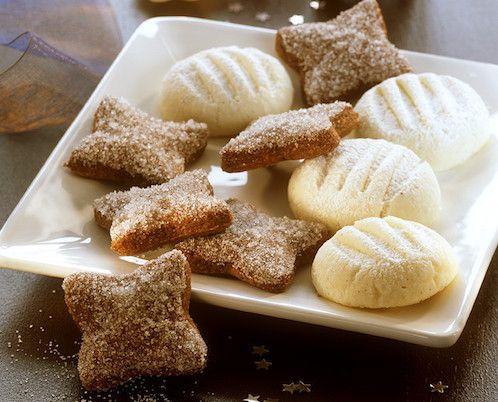 Ingrédients pour la recette des sablés : du beurre, du sucre glace, un jaune d'œuf, de la farine, de l'extrait de vanille, du cacao en poudre et du sucre.