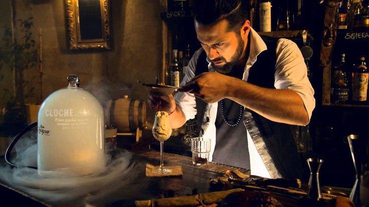 Rituel de service autour du rhum Zacapa par Michael Landart du bar le Maria Loca à Paris. Michael s'est imprégné de ses multiples voyages en Amérique Latine ...