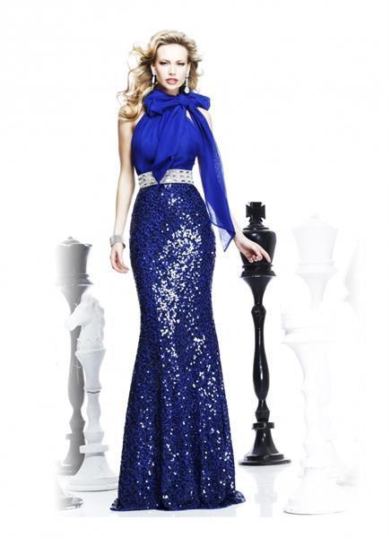 Длинное синее платье с капюшоном