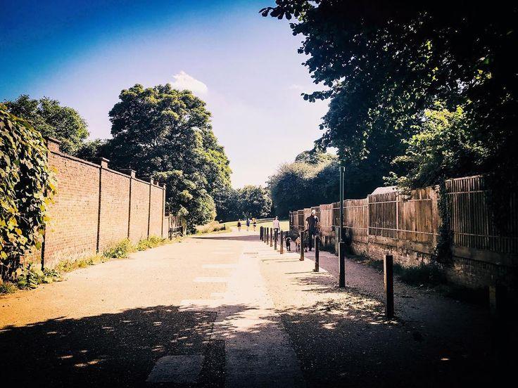 Walkway.  #ldn #london #londoner #londonlife #londongirl #londoncalling #londoncity #londonlove #londonstyle #london_only #londontown #instagood #instalondon #igers #igersuk #igerslondon #igersoftheday #architectureporn #nature #england #architecture #architecturelovers #urban #urbanlife #urbanstyle #urbanliving #urbanphotography #scenic #summer
