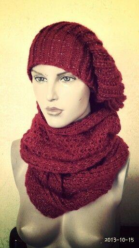 Sciarpa circolare e capello in lana mohair.
