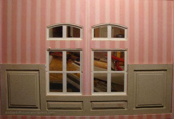 La tappezzeria della camera matrimoniale ha dei colori caldi, ma nell'insieme risulta monotona e spoglia. Abbiamo quindi pensato di aggiungere un bordo di carta fiorato e la boiserie nella pa…
