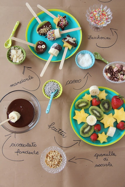 Fruit pops: fun for a children's party ! For example with grated coconut, slivered almonds or fruit hail. And you can use a Round cutter for fruit