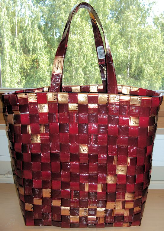 Punottu kahvipussikassi. Weaved bag from recycled Coffee bags