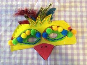Maskers knutselen van papieren borden