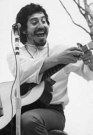 Víctor Jara, activista chileno que fue asesinado por el fascismo por su talento e idelogía política.