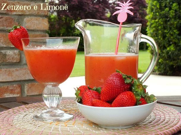 Questo aperitivo alle fragole è un drink analcolico molto fresco e dissetante che si prepara velocissimamente. È perfetto per ospiti astemi o per bambini.