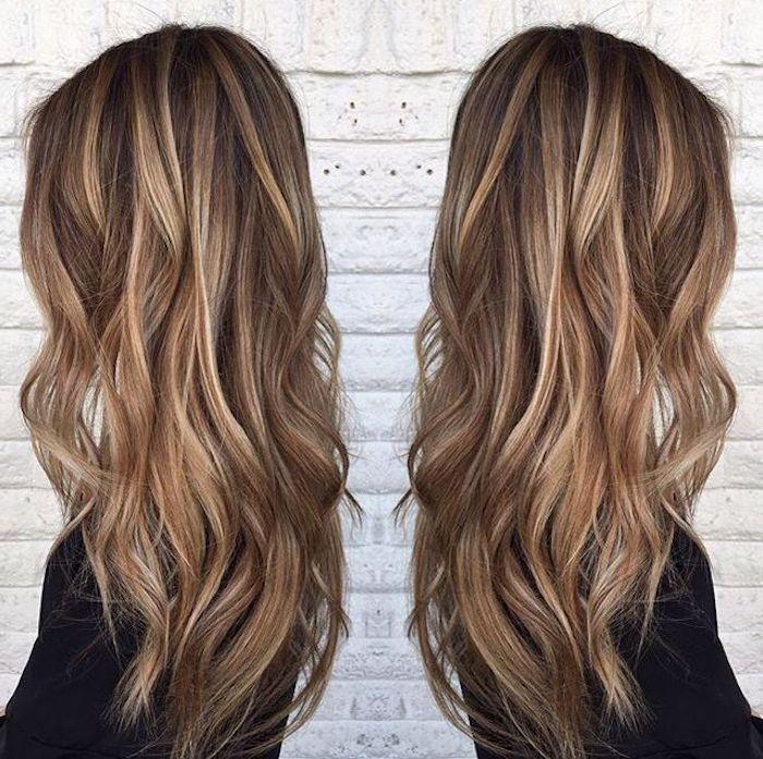 braune Haare mit blonden Strähnen, schwarze Bluse mit langen Ärmeln – Beste Frisuren 2019