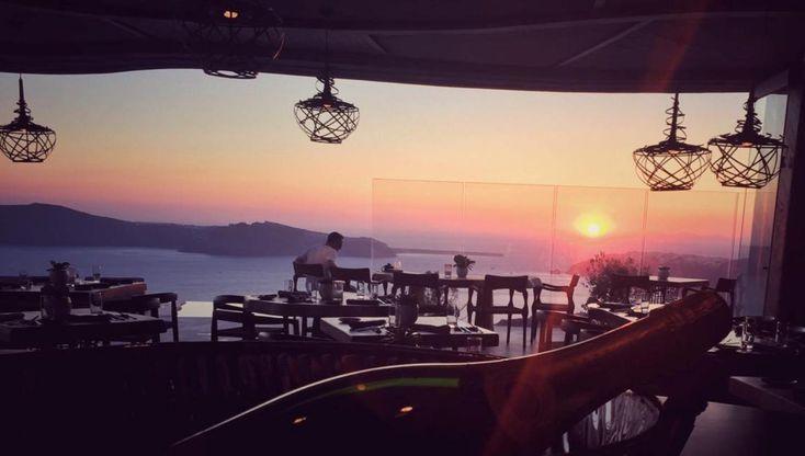 Στο ατμοσφαιρικό εστιατόριο του Cavo Tagoo, στο Ημεροβίγλι της Σαντορίνης, που διακρίθηκε πέρσι στα FNL Best Restaurant Awards by Volvo στην κατηγορία New Comers, βρίσκουμε τον σεφ Χρόνη Δαμαλά στην ωριμότερη στιγμή του.