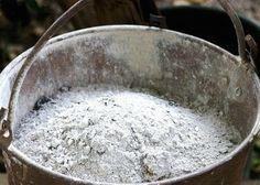 la cendre de bois : pour faire fuir les limaces et escargots, saupoudrez tout autour du potager comme un cordon sanitaire