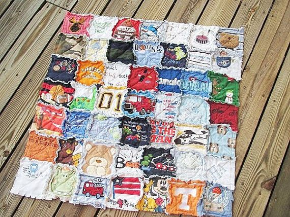Quilt made out of onesies from baby's first year.  I am definetly doing this!!! My mom has always wanted to use all my old tees to make a quilt...so memorable!
