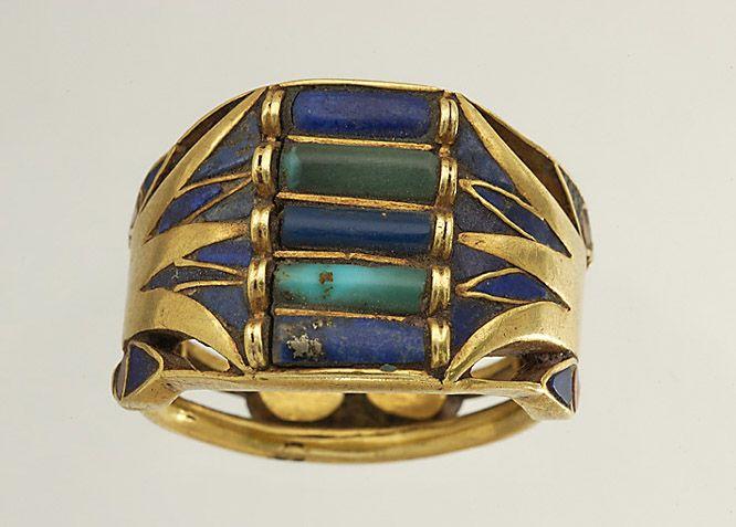 Bague à anneaux soudés, décor de fleurs et de boutons de nénufar or, lapis, turquoise et cornaline D. : 2,20 cm. ; L. : 1,56 cm.