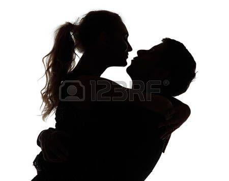 siluetas mujeres: Romántica pareja besándose - siluetas sobre fondo blanco