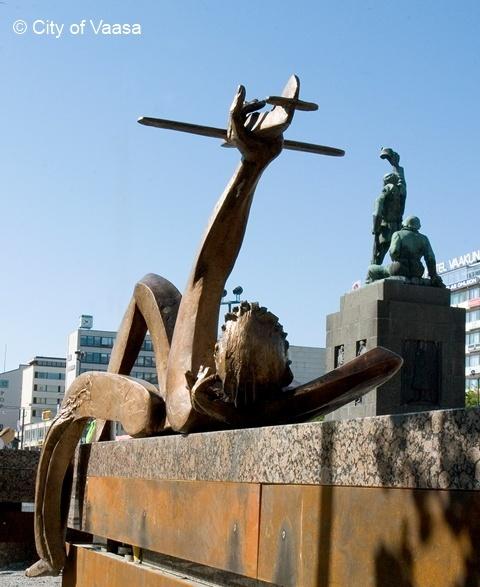 """""""Matkakuume"""" Statue from Erkki Kannosto @ Market Square, Vaasa. www.visitvaasa.fi. Photo: Jaakko J Salo"""