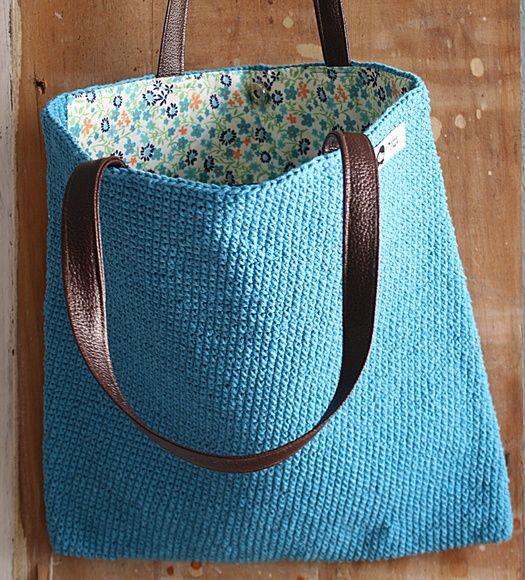 Bolsa confeccionada manualmente com fio rustico em crochê, alça de couro, forrada com tecido florido em algodão azul no mesmo tom do fio da bolsa evitando assim que ela sofra alguma alteração com o tempo de uso. R$ 130,00