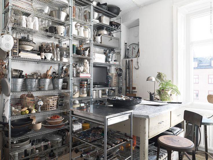 Köket har en OMAR hylla för att få plats med riktigt mycket förvaring och GRUNDTAL rullbord som extra avlastningsyta. FORMAT arbetslampa.
