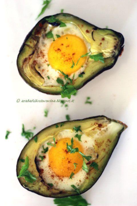 l'Uovo nell'Avocado - Dividere l'avocado a metà. Togliere il nocciolo e scavare un poco della polpa. Condire con limone e sale. Aggiungere l'uovo (prima il tuorlo e poi l'albume). Cuocere in forno preriscaldato a 200 gradi per circa 8- 10 minuti. Condire con paprika ed aggiungere una fattina di bacon.