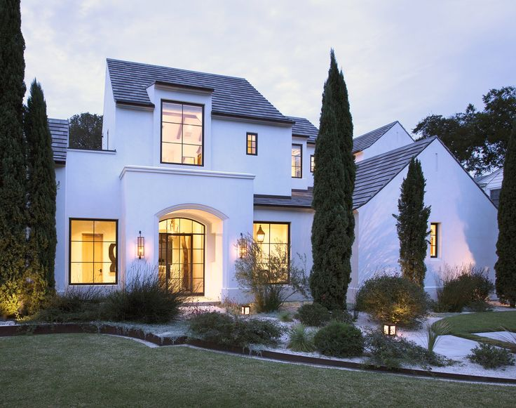 Durch die versetzten Fassaden wirkt das Haus sehr besonders. Die großen Fenster sind ein Hingucker und der dunkle Rahmen bildet einen guten Kontrast zum weißen Anstrich.