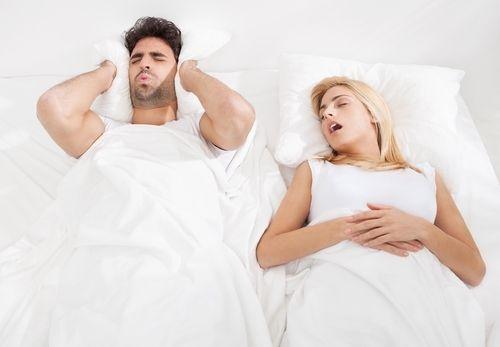Finies les nuits à ne pas dormir à cause des ronflements de votre conjoint, grâce à un patch innovant testé actuellement aux États-Unis.