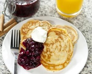 Cinnamon pancakes with berry compote