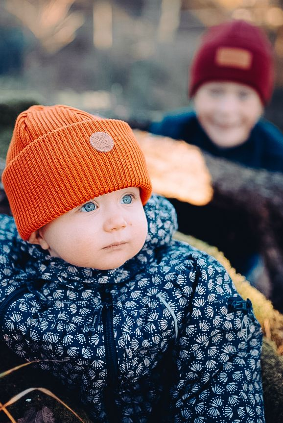 Brothers' outdoor spring outfit in orange and burgundy. Kids wool beanies by VAI-KØ.