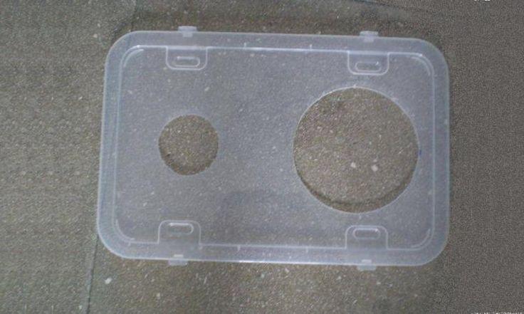 Il perce 2 trous dans le couvercle d'un contenant en plastique! L'idée qu'il a eu vous rendra un énorme service cet été!