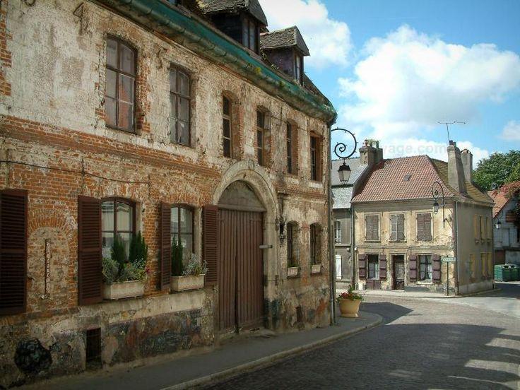 Montreuil-sur-Mer: Oud huis bakstenen huizen van de stad en de wolken in de lucht - France-Voyage.com