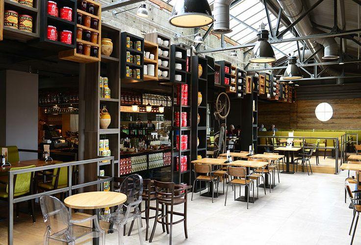 Vintage meubulair gerecycled materiaal Het La Place restaurant en café aan de Aalmarkt in Leiden zijn beide geheel vernieuwd. Zowel het café op de begane grond als het restaurant op de gehele bovenste etage hebben een inspirerende industriële inrichting. Hoge plafonds, vintage meubilair en er is gebruik gemaakt van gerecycled materiaal