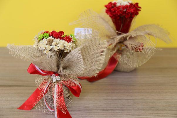 Lembrancinhas para casamento – arranjo de flores bonito e barato (via Bloglovin.com )
