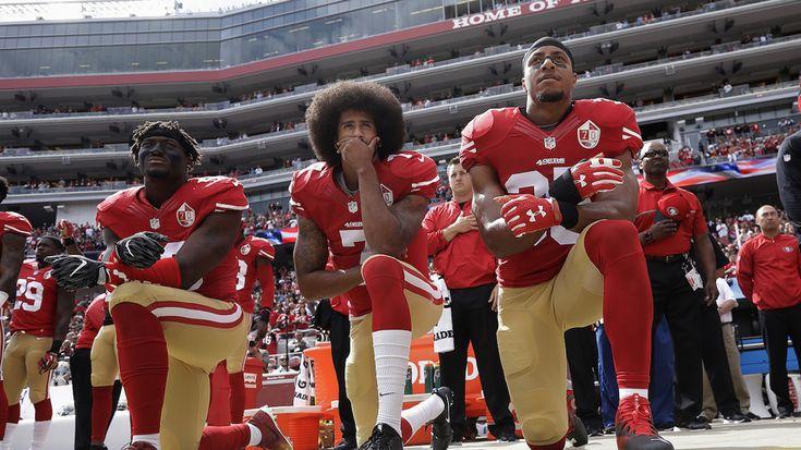 A la izquierda, el defensor Eli Harold, en el  centro, el mariscal de campo Colin Kaepernick y el profundo Eric Reid a la derecha, de los  49ers de San Francisco, arrodillados durante el himno nacional previo a un  juego de fútbol americano de la NFL contra los Cowboys de Dallas en Santa  Clara, California, el 2 de octubre de 2016. Foto de AP.