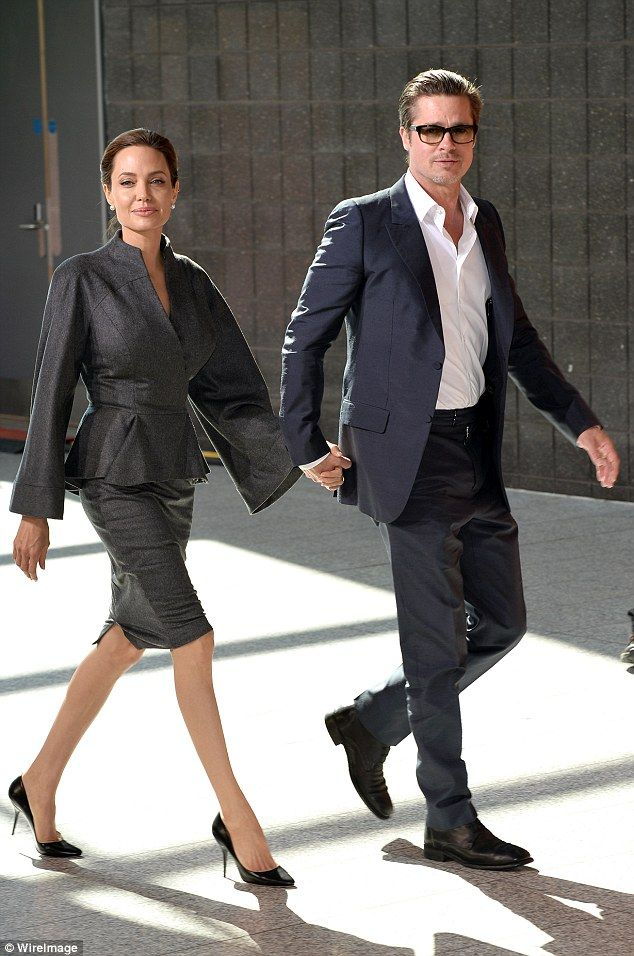 Angelina Jolie Is Dating A Handsome Older Looking Real Estate Agent Brad Pitt And Angelina Jolie Brad And Angelina Angelina Jolie Style
