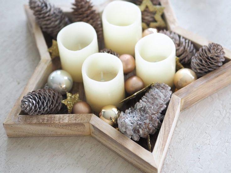 Weihnachtsdekoration: Adventskranz. Dekoideen Weihnachten. Sternentablett, elektrische Kerzen