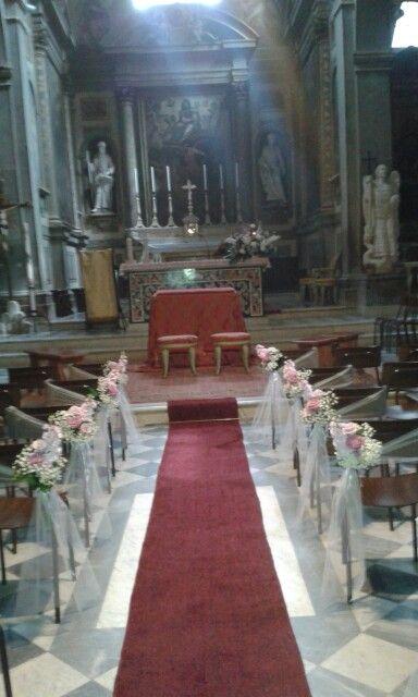 Matrimonio.  Decorazione sedie lungo la navata. Priscilla e Matteo. Badia a Passignano. Aprile 2015