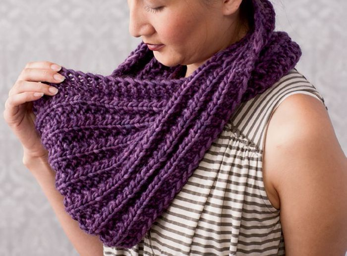Free Knitting Patterns For Circle Scarves : 1000+ ideas about Chunky Knits on Pinterest Knitted blankets, Knits and Kni...
