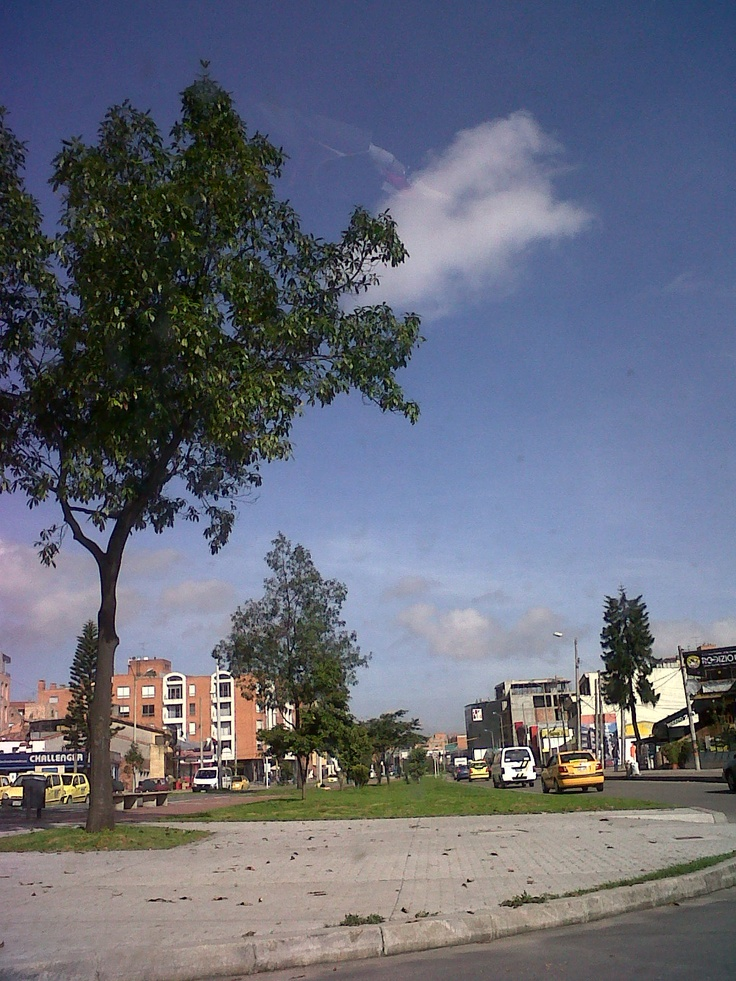 On my way to work, from a yellow cab, I found this ..... a blue shiny sky @Bogotá