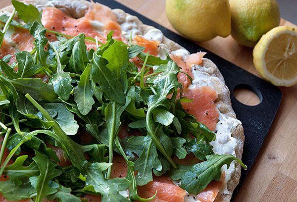 Pizza med røget laks, wasabi creme og rucola ➙ Opskrift fra Valdemarsro.dk