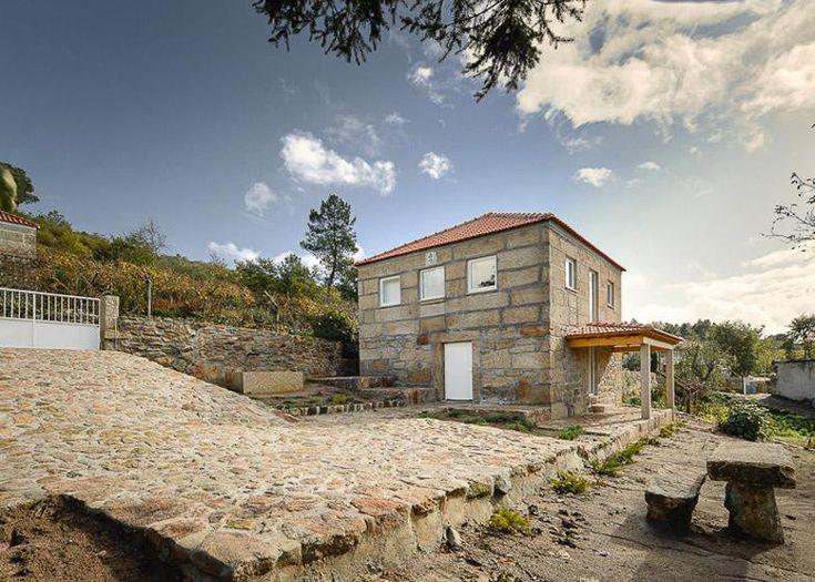 Los bragueros de madera apoyan nuevo el edificio de piedra remodelado de los entresuelos interior de Corpo Atelier