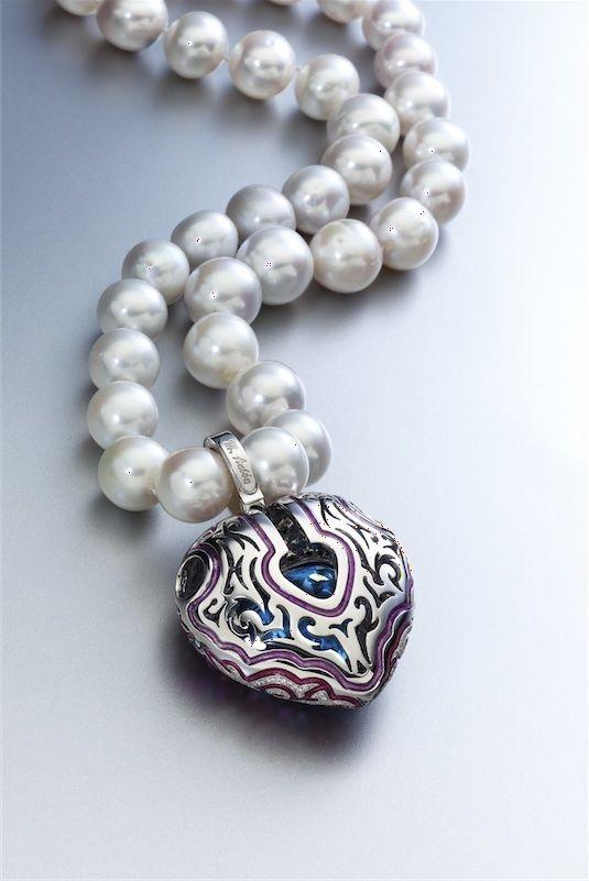 Selección de joyas, pendientes y anillos de oro y diamantes. Colgante en forma de corazón con collar de perlas australianas de Miguel Antón
