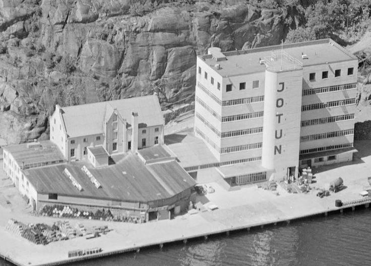 Jotun på Gimle i Sandefjord, 1947.   Se fullstendig bilde i link: https://www.flickr.com/photos/vestfoldmuseene/14384242498/in/set-72157645092929270