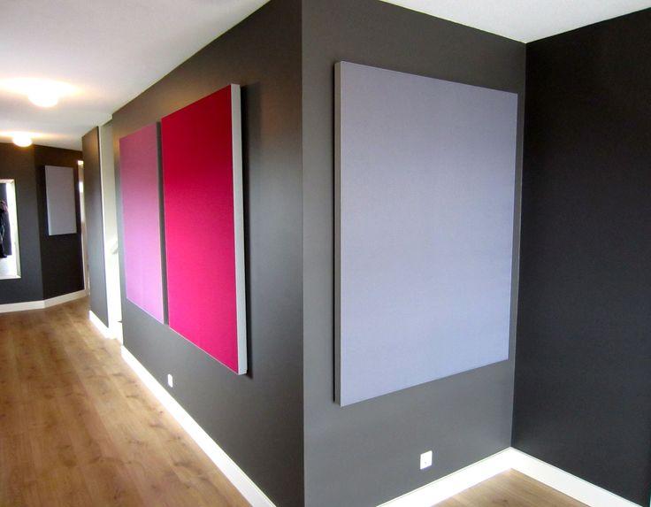 Akoestische panelen in gang woonhuis. Minder geluidsoverdracht van ongewenste geluiden naar verdiepingen en kamers.