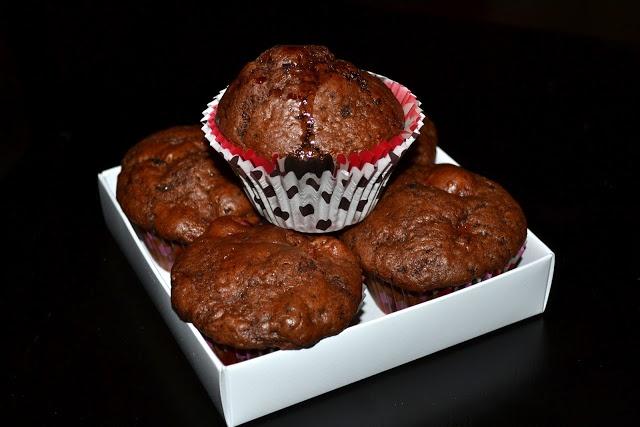 Muffins cu cirese si ciocolata amaruie