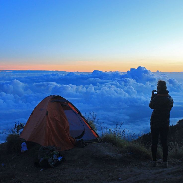 This kind of sunset. Mount Rinjani Lombok Indonesia #sunset #mountains #volcano #skyporn #skyline #hiking #trek #trekking #gunung #pendaki #lombok #indonesia #wonderfulindonesia