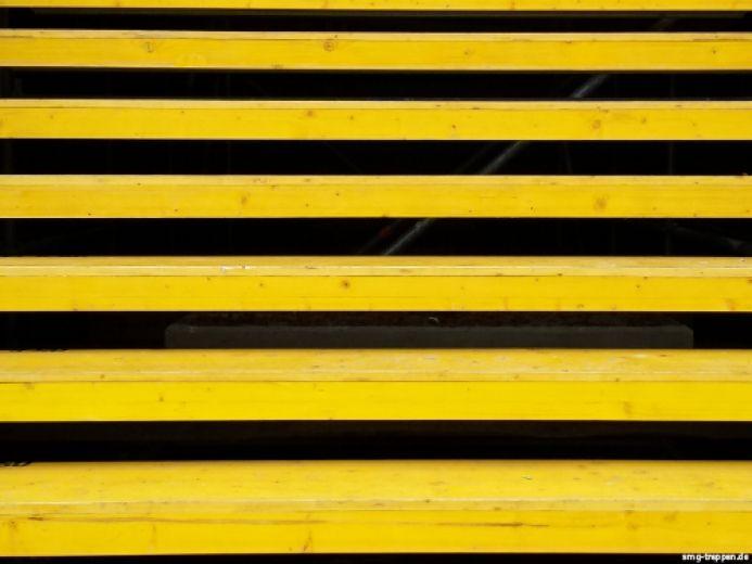 Diese Treppe kommt im Biene Maja Kostüm daher. Nein das war nur Spass. Diese Treppe ist aus Gerüstbauteilen zusammengesetzt und steht als temporäre Aussichtsplattform vor einer Kunstgalerie in Berlin. Photo by #smgtreppen #Bienentreppe #Treppenkunst #treppen #stairs #escaleras