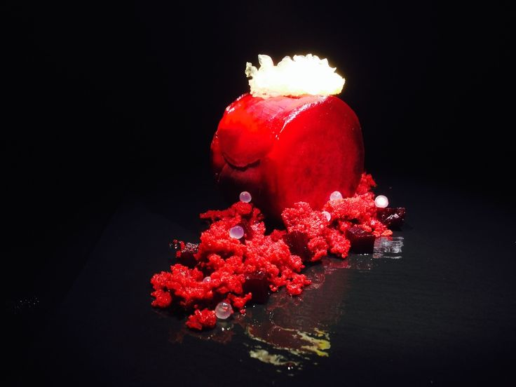 Dessert Nuestro red velvet: biscocho rojo de remolacha, mousse de lichis, papel de limón, piel de limón, sidrales de frutos rojos y perlas de limón.
