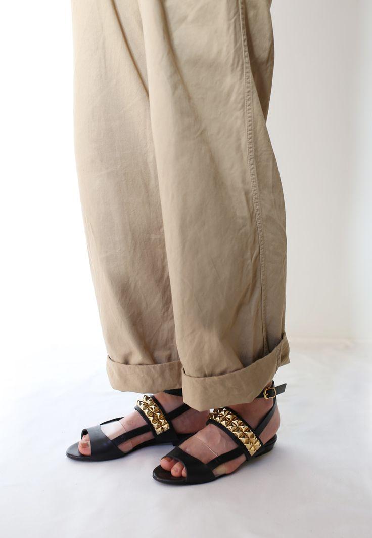 マチコよ梅雨もあけたわね スタッズベルトがアクセントになってシンプルなワイドパンツとのコーディネートも 印象的に魅せてくれるサンダルよ 歩きやすいフラットタイプだからずっと歩いていても疲れないのよ AGENT GREIPSutuds belt flat sandals AGJ-014 #エージェントグレイプ#シューズ#サンダル#クリア#shoes#manish#fashion#love#sandals