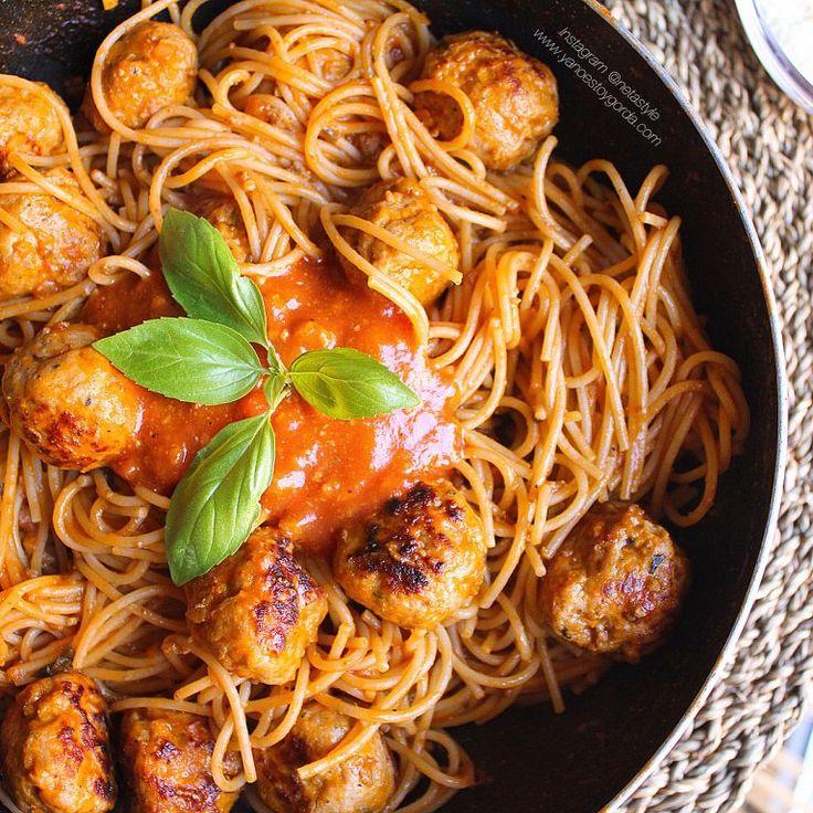 Espaguetis proteicos con albóndigas de pollo y pavo